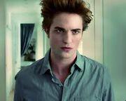 Edward Cullen w niebieskiej koszuli