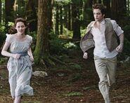 Twilight-New-Moon-Bella-Edward-Running