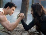 Emmett und Bella Armdrücken