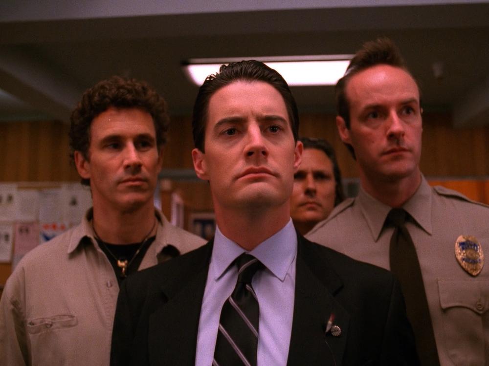 Agentti Cooper ja Twin Peaksin virkavaltaa.