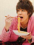 Mamoru eats noodle