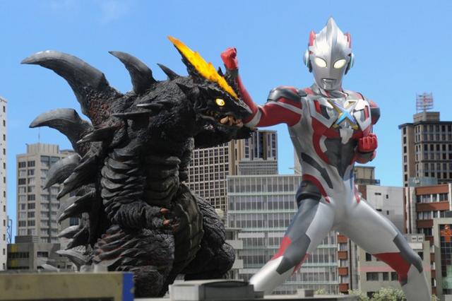 File:Ultraman X v Demagra.png