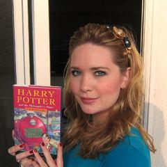 Sarah con una copia de su primer libro de <i>Harry Potter</i>