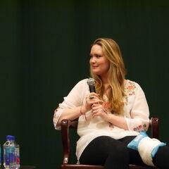 Sarah en una conferencia de prensa