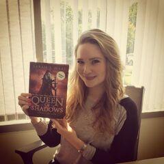 Sarah con una copia de <i>Reina de Sombras</i>