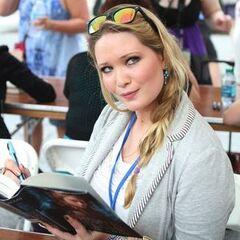 Sarah con una copia de <i>Trono de Cristal</i>