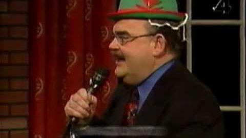 Loket sjunger med en grön hatt på huvudet