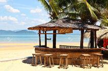 27531025-Bar-en-la-playa-con-un-claro-cielo-azul-en-la-isla-de-Phayam-Tailandia-Foto-de-archivo