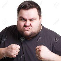 76195907-sentirse-furioso-lucha-contra-el-hombre-gordo-con-los-puños-apretados-expresando-enojo-fondo-blanco-est