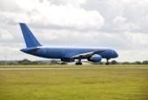 5269584-azules-grandes-aviones-de-pasajeros-en-la-pista-para-despegar