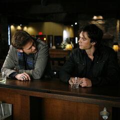 Damon und Alaric im Grill