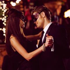 Katherine und Stefan tanzen und unterhalten sich