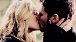 Caroline and Klaus kiss 1x11