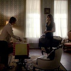 Katherine kommt nach Hause, Mr. Flowes stellt ihre Taschen ab