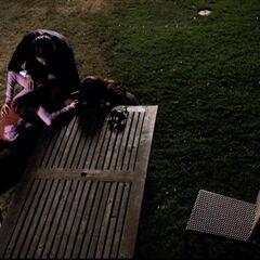 Jeremy und Bonnie kümmern sich um Elena