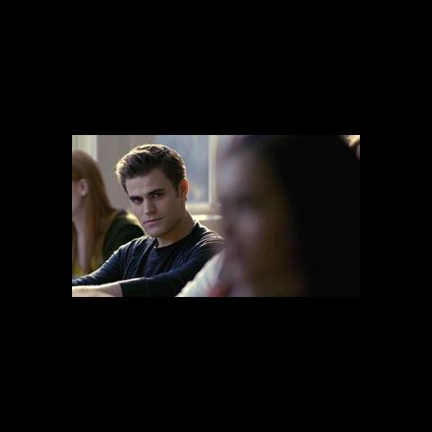 Elena und Stefan werfen sich im Untericht immer wieder Blicke zu.