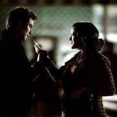 Maggie greift Damon an.