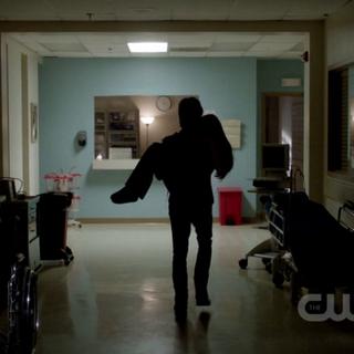 Damon nimmt Elena aus dem Krankenhaus mit