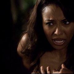 Bonnie versucht Elena mit einem Zauber zu helfen
