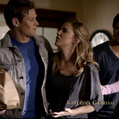 Matt, Jeremy und Elena kommen mit der immer noch verletzten Jenna nach Hause