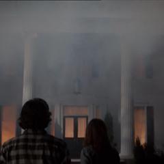 Hayley und Jackson vor dem brennenden Haus