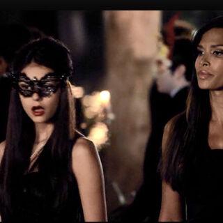 Katherine und Lucy auf dem Maskenball.