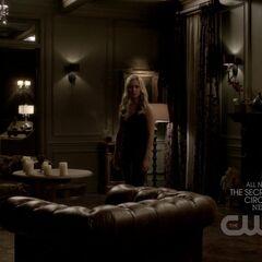 Rebekah im Wohnzimmer