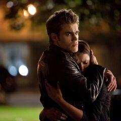 Stefan tröstet Elena, nochdem Isobel verschwindet.