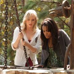 Bonnie und Caroline helfen.