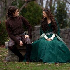 Elijah und Katerina unterhalten sich.