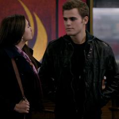 Stefan und Elena tauchen im Mysic Grill auf