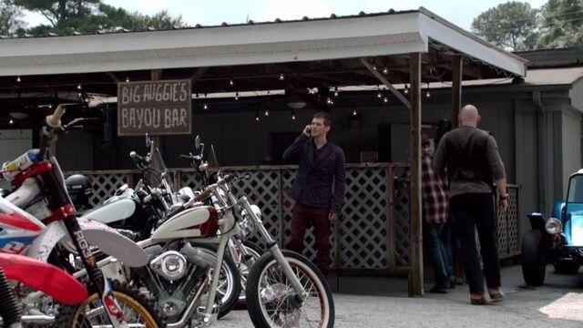 File:Big Auggie's Bayou Bar TO 1x05.jpg