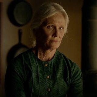 Gespielt von: Sallye Hooks<br /><b>Großmutter †</b><br />Sie verstecken die Deserteure und werden von <a href=