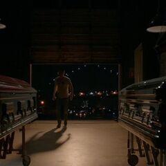 Rechts steht Elenas Sarg, links Damons