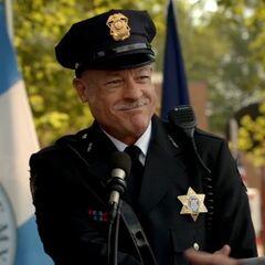 Gespielt von: Tony Simmons<br /><b>Neuer Sheriff †</b><br />Er wird bei der Graduierungsfeier der neuen Deputies von <a href=