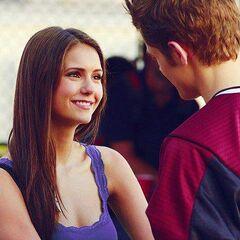 Elena freut sich Stefan zu shen.