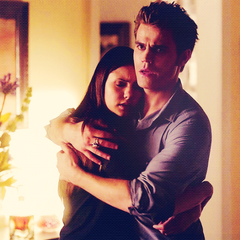 Elena umarmt Stefan zur begrüßung