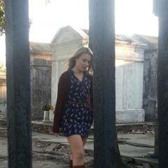 Leah Pipes como Camille