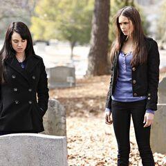 Isobel zeigt Elena ihr Grab.