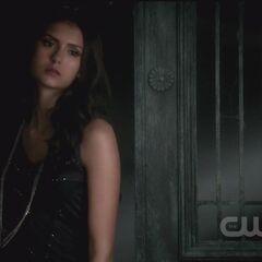 Katherine trinkt Blut, was Damon ihr gegeben hat.