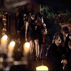 Katherine kommt während Stefan sie beobachtet die Treppe runter