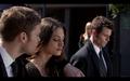 1x20-Klaus' arm around Hayley.png