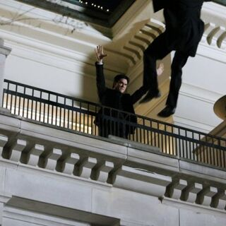 Damon schmeißt Kol vom Balkon.