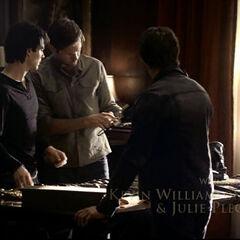 Alaric zeigt Damon, Stefan, Caroline, Jeremy und Bonnie seine Waffen um Vampire zu töten