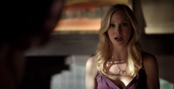 Caroline talking with Bonnie 5x21
