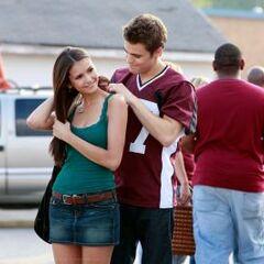 Stefan schenkt Elena eine Kette mit Eisenkraut um sie zu schützen.