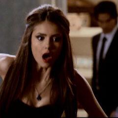 Katherine bekommt einen Pfahl in den Rücken von Damon