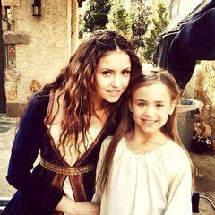 Nina als Katerina Petrova mit Ashlyn Jade Lopez als junge Nadia