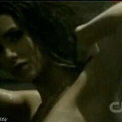 Katherine duscht in Damons Zimmer.