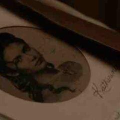 Ein Bild von Katherine in Stefans Tagebuch.